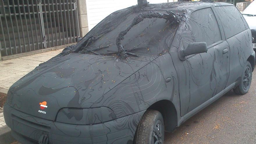 Uno de los coches tuneados, aparcado en la calle Comodoro Rolín.