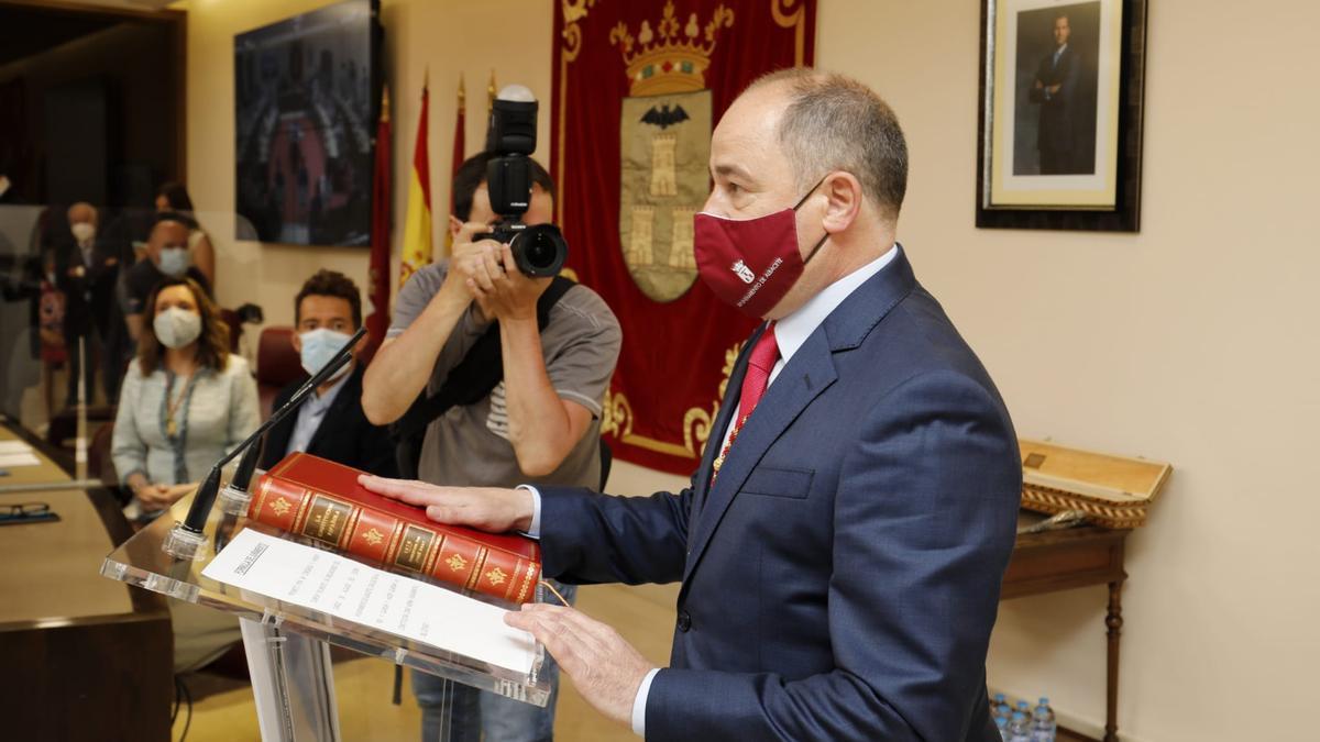 Emilio Sáez prometiendo su cargo como alcalde