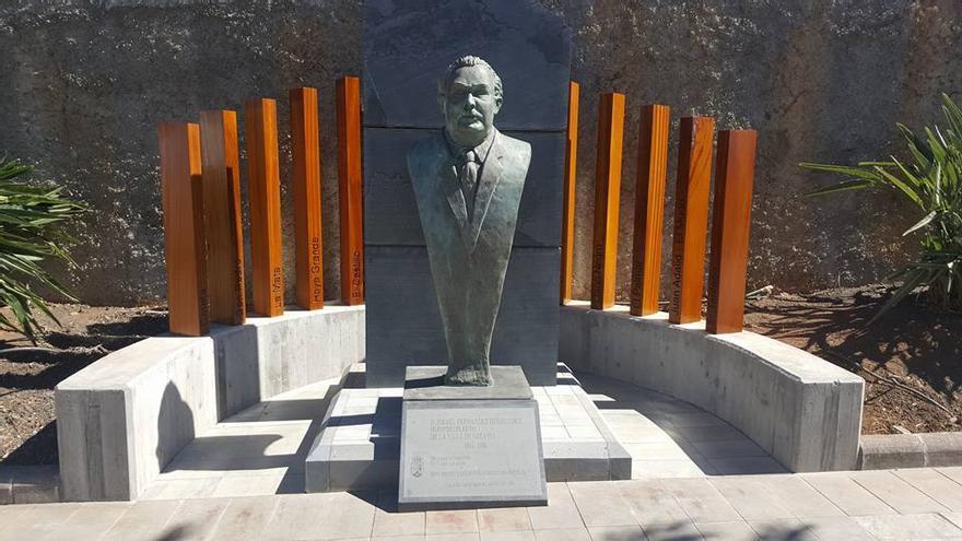 Escultura en recuerdo de Ismael Fernández.