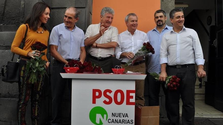 Los candidatos de la Coalición PSOE-NC visitaron este sábado el Mercado de Vegueta.