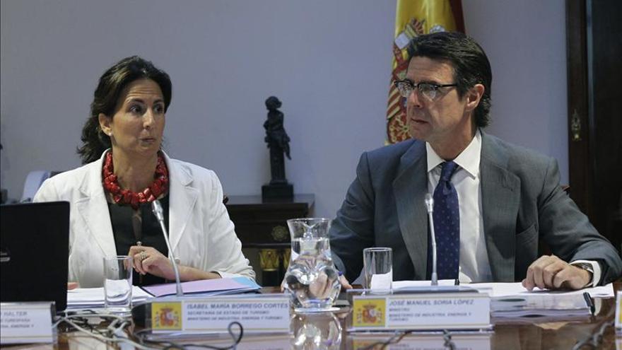 José Manuel Soria, junto a la secretaria de Estado de Turismo, Isabel Borrego.
