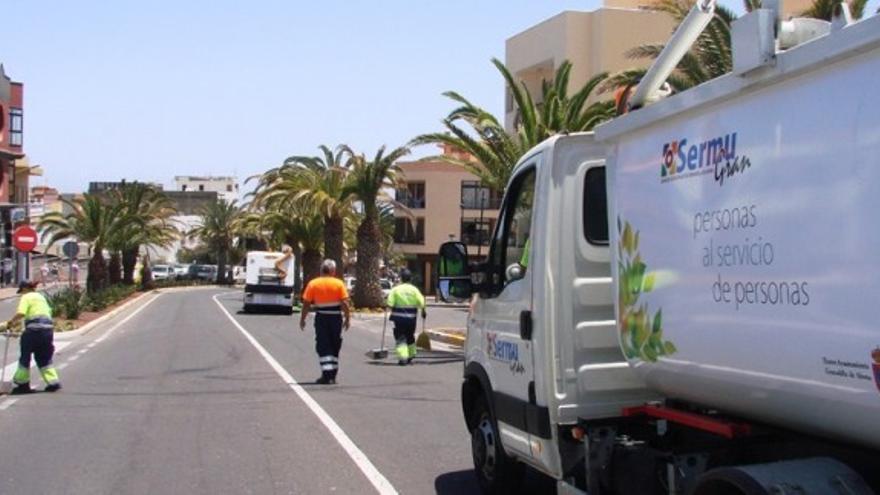 Imagen de archivo con operarios de Sermugran en tareas de limpieza en espacios públicos de Granadilla