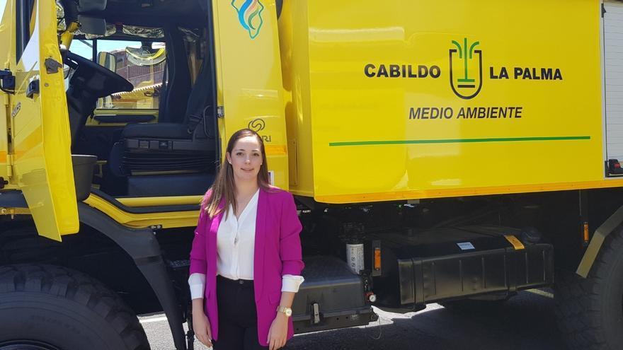 María Rodríguez Acosta junto a los nuevos vehículos.