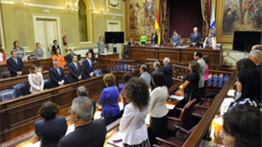 El Parlamento de Canarias guarda un minuto de silencio en recuerdo del ex presidente Adán Martín. (ACFI PRESS)