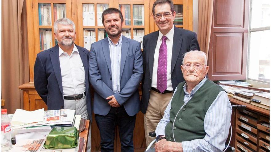 Leoncio Afonso Pérez (sentado), ha sido visitado en su domicilio este lunes por rector de la ULL, Antonio Martinón, y el vicerrector de Relaciones con la Sociedad, Francisco García.