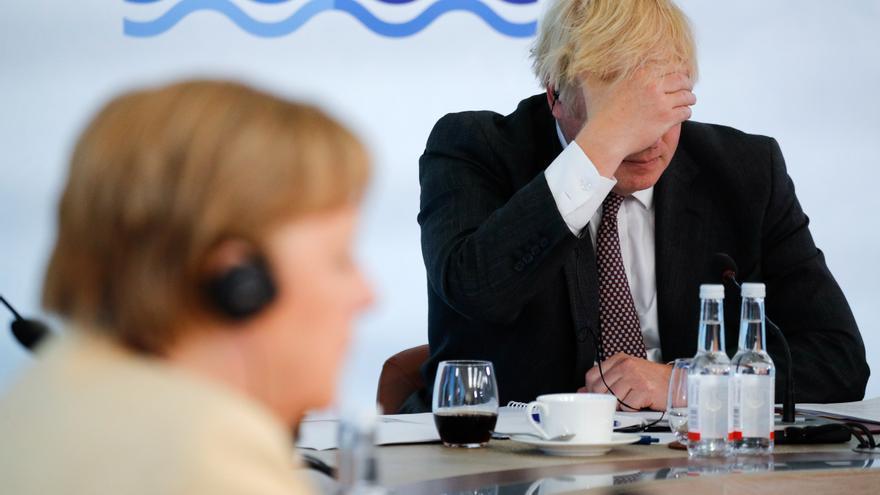 El primer ministro británico, Boris Johnson, junto a la canciller alemana, Angela Merkel, en la cumbre del G7 en junio.