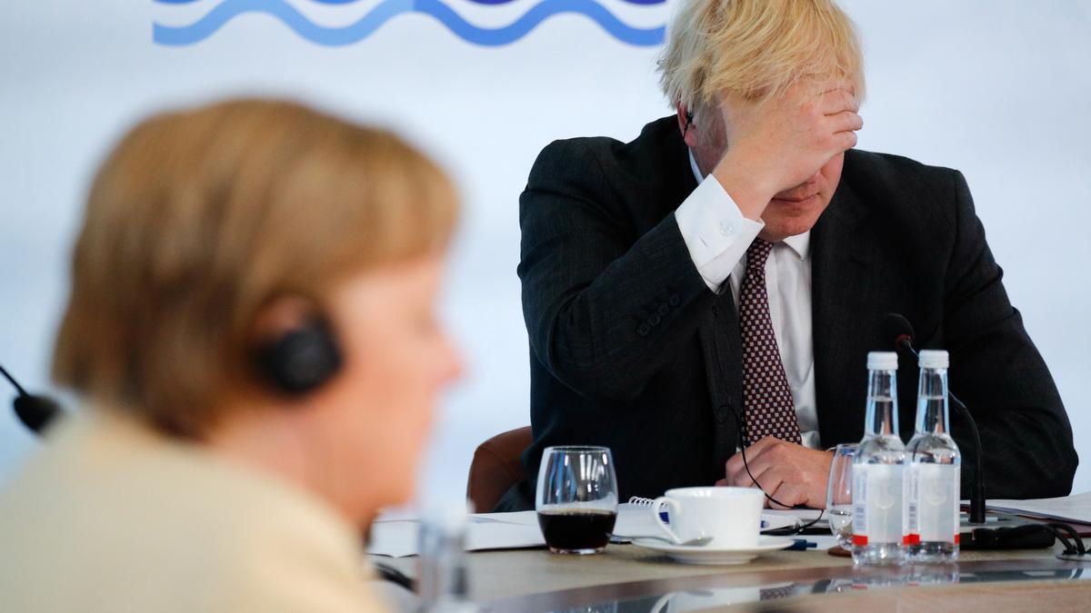El primer ministro británico, Boris Johnson, y la canciller alemana, Angela Merkel, en una sesión plenaria del G7, el pasado 13 de junio en Cornwall.