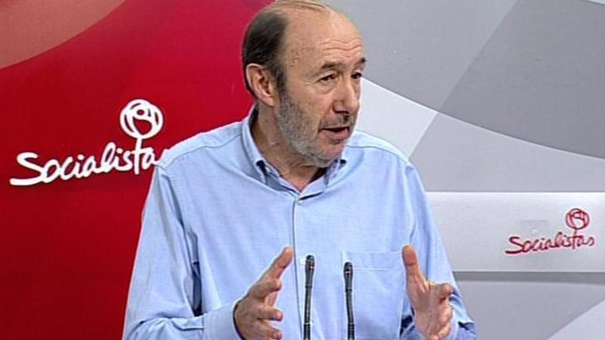 """Rubalcaba reprocha a Rajoy y a Mas protagonizar """"una guerra a banderazos"""""""