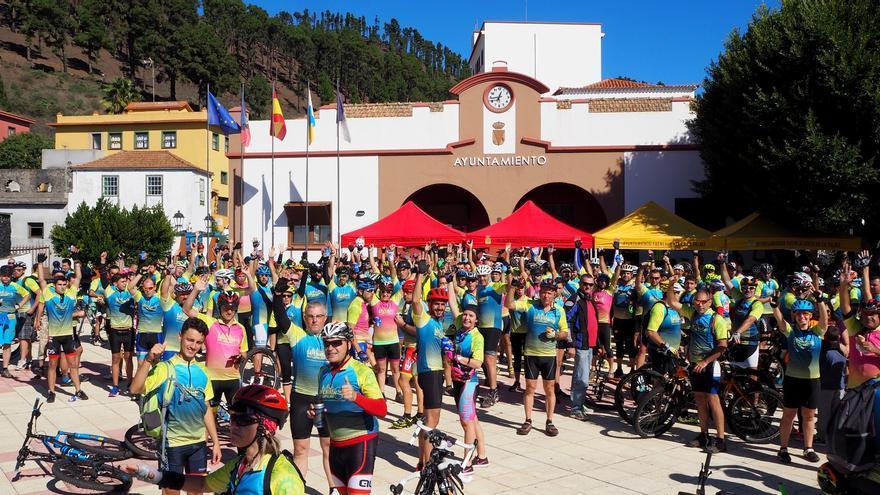 La marcha ciclista a su paso por Fuencaliente. Foto: JOSÉ AYUT.