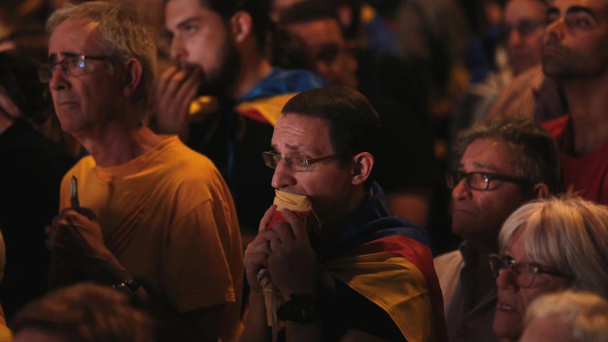 Partidarios de la independencia, con gesto de decepción tras la comparecencia de Puigdemont