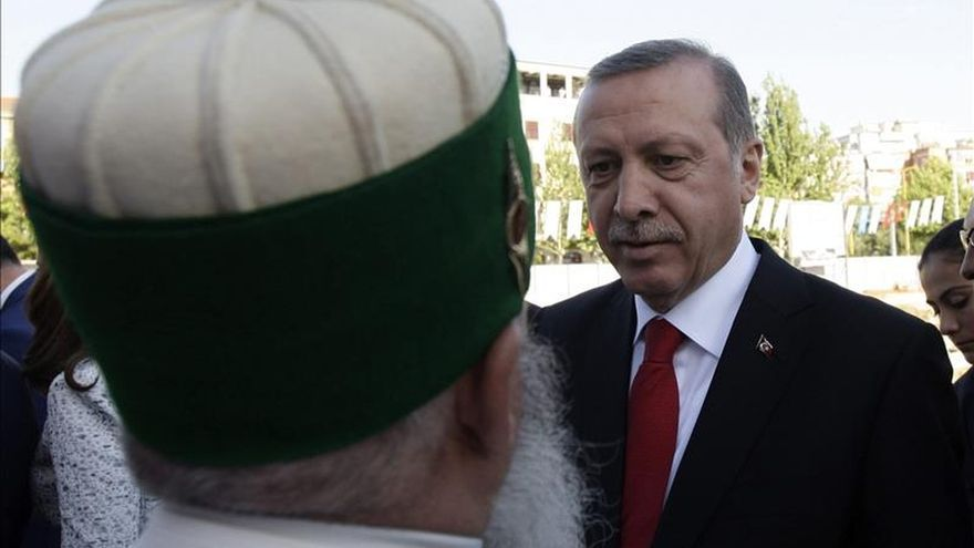 Erdogan asignará un avión al jefe religioso turco y lo compara con el Papa