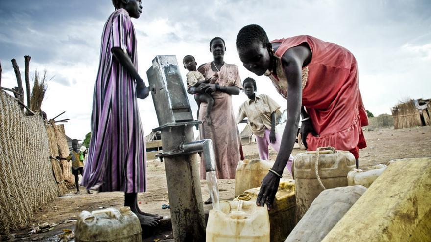 Un grupo de mujeres cargando agua en bidones en la comunidad de desplazados de la etnia Dinka a las afueras de Wau, en Sudán del Sur. (c) Pablo Tosco / Oxfam Intermón