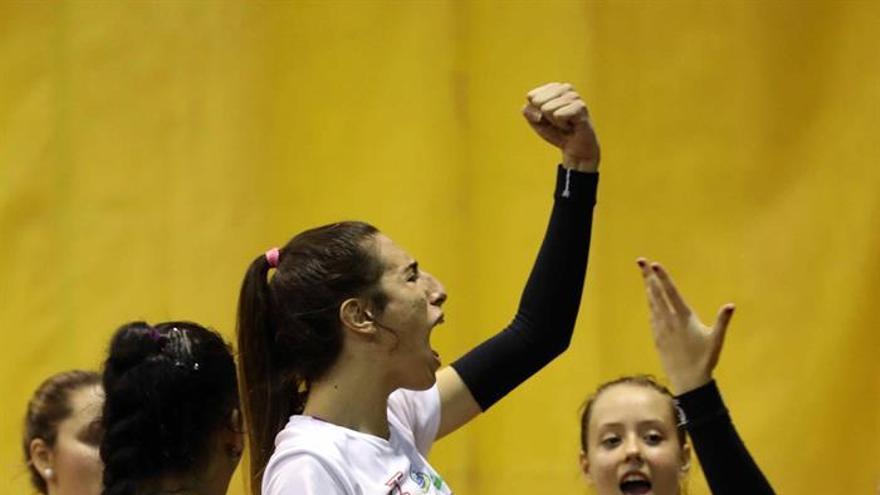 La joven grancanaria Omaira Perdomo, celebra un punto durante su primer partido con el equipo de Segunda División del Club de Voleibol Centro Comercial Siete Palmas.