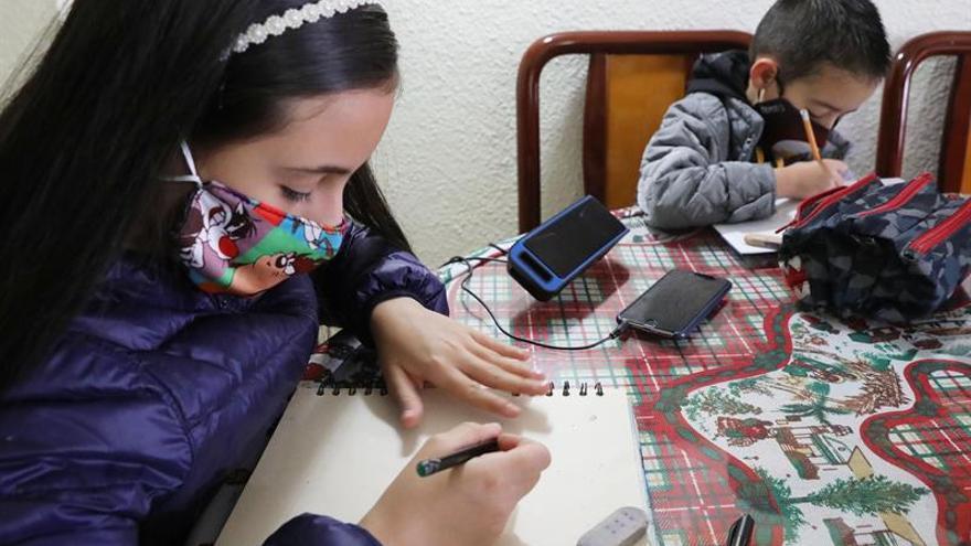 La radio vuelve a ser la escuela de miles de niños en Colombia