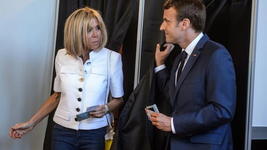 Baño de masas de Macron en su voto para la primera vuelta de las legislativas