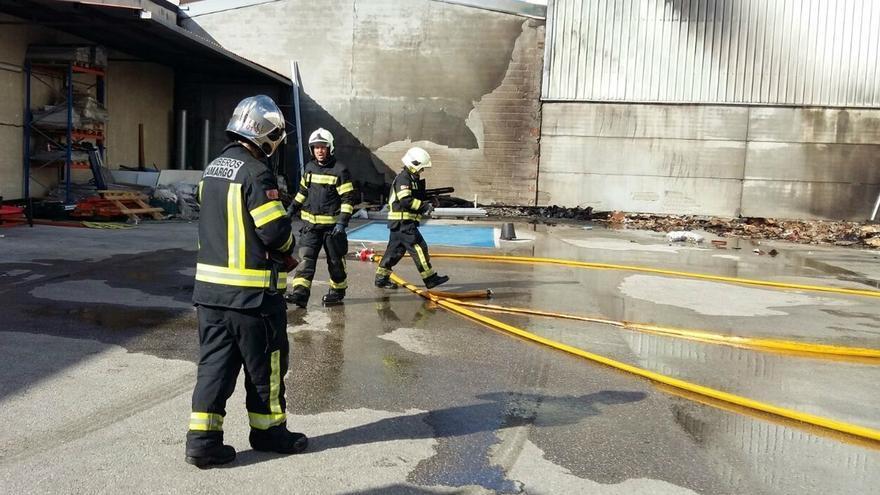 Bomberos de Camargo sofocan un incendio en el exterior de una nave del Polígono de Raos