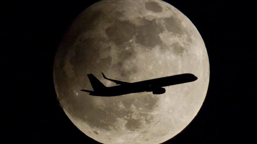 Avión polaco aterriza de emergencia en Praga por amenaza de bomba de pasajero