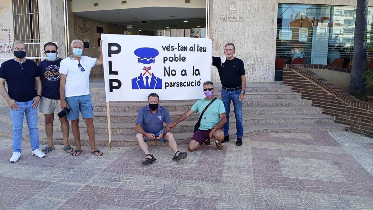 Concentración contra el intendente de la Policía Local de Paiporta.
