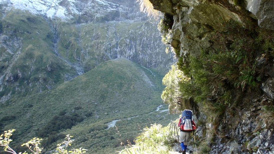 Un senderista inicia el descenso hacia el Río Arthur. Ian Cochrane