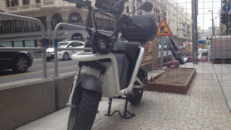 Unidad de 'motosharing' estancionada en la acerada de la Gran Vía de Madrid.