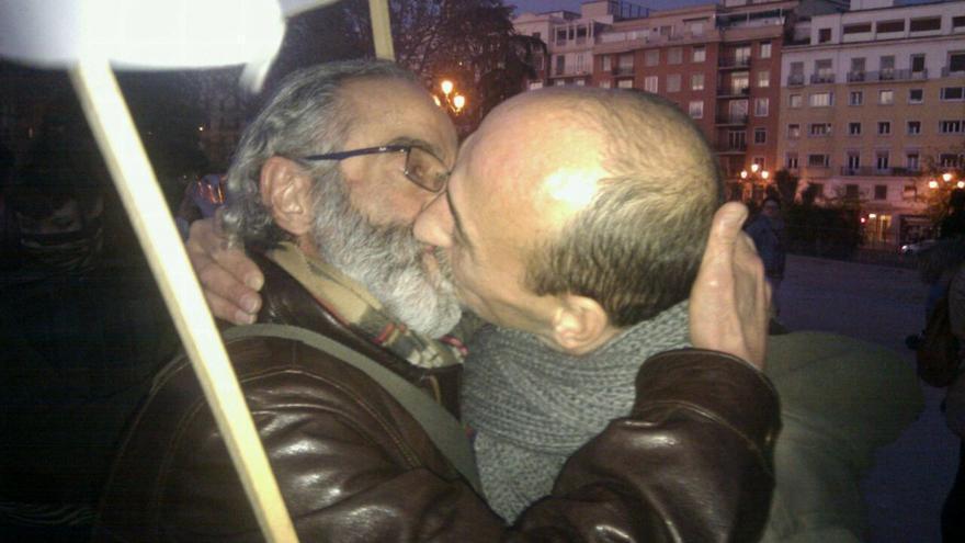Ramón y Jesús, del COGAM, besándose.