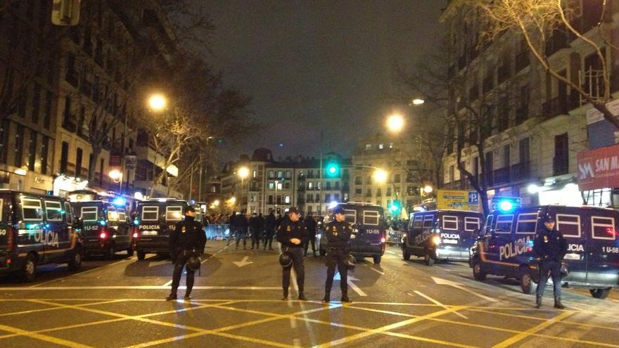 La calle de Génova, cortada ante la concentración contra el PP en Madrid. / Álvaro Minguito