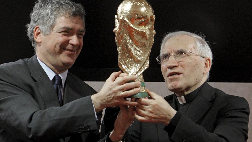 Villar sostiene la Copa del Mundo junto al excardenal Antonio María Rouco Varela.
