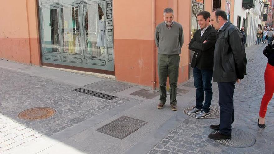 En la imagen, consejero insular de Comercio, Mariano Hernández (centro), con el representante de la empresa que ha ejecutado la obra y el arquitecto redactor del proyecto.