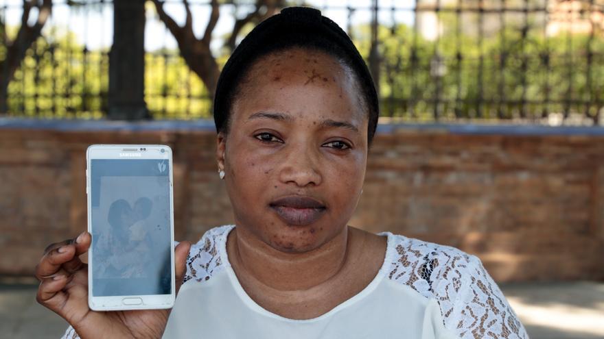 Oumo muestra una foto de su hijo | Laura Martínez Valero / Women's Link Worldwide