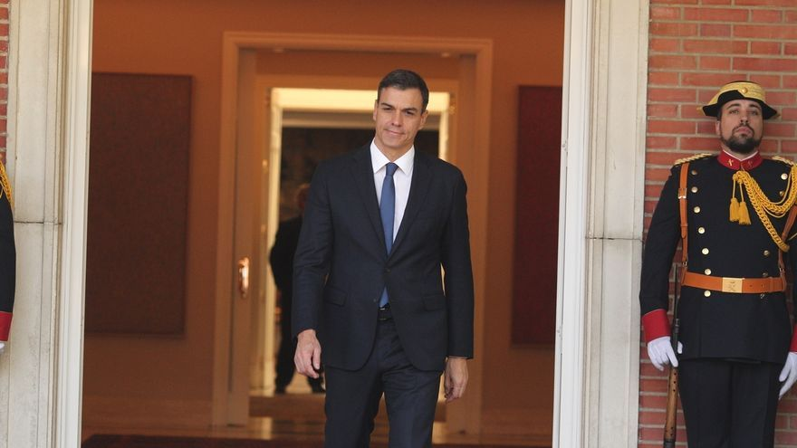 Pedro Sánchez en la puerta de Moncloa.