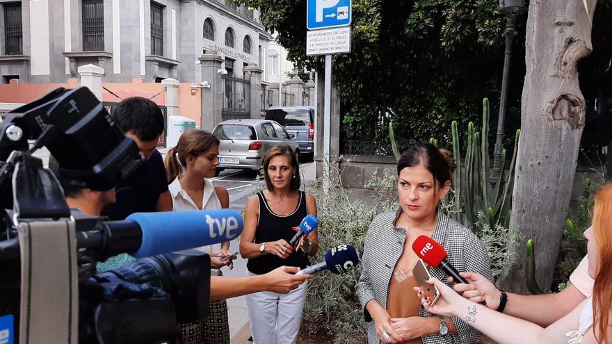 Matilde Zambudio (Cs), primera teniente de alcaldesa en Santa Cruz de Tenerife, atiende a los medios junto al Ayuntamiento de la capital tinerfeña.