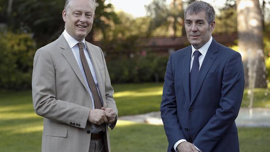 El presidente del Gobierno de Canarias, Fernando Clavijo (dcha), durante la entrevista esta mañana con el embajador de Reino Unido en España, Simon Manley (EFE/Ballesteros)