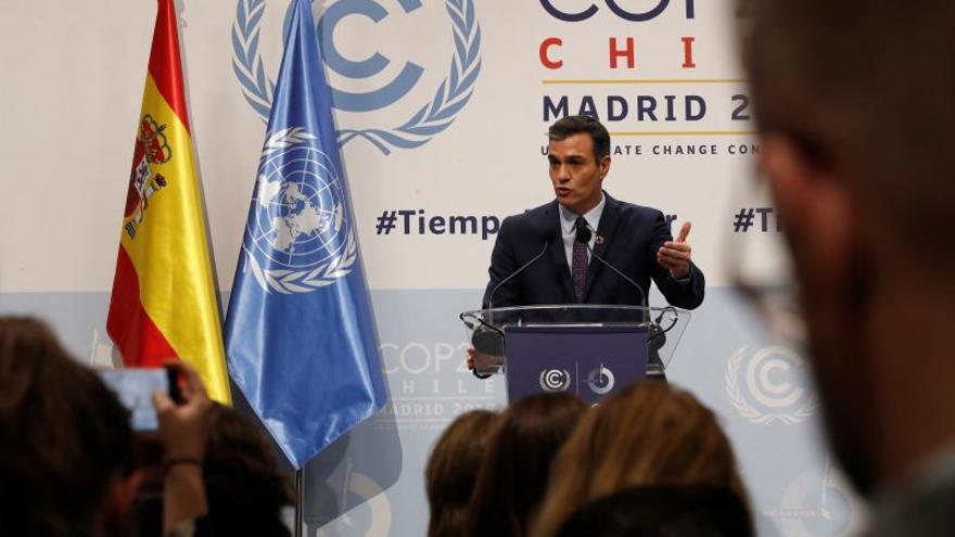 """El presidente del Gobierno de España, Pedro Sánchez durante la rueda de prensa en la 25 Conferencia de las Partes del Convenio Marco de Naciones Unidas sobre Cambio Climático (COP) que arranca este lunes en Madrid bajo el lema """"Tiempo de actuar""""."""