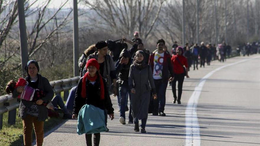 Refugiados caminan hacia el campamento de Idomeni, en la frontera entre Grecia y Macedonia, el lunes pasado.
