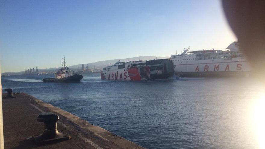 El fast ferry Alborán regresa a puerto tras el accidente.