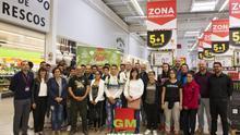 Jordi Arredondo, con los alumnos y profesores que visitaron al GMcash de Las Palmas de Gran Canaria