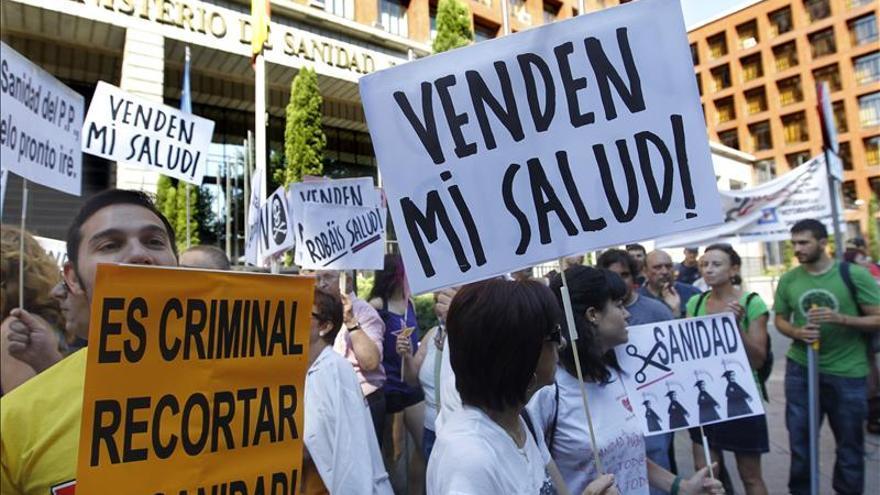 """Marea blanca """"espontánea"""" ante el Ministerio de Sanidad por las privatizaciones"""