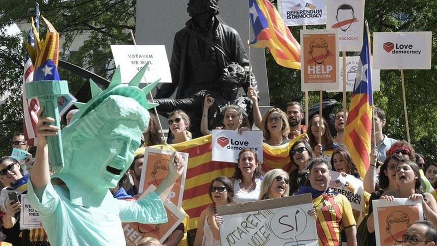 Unos 80 catalanes se manifiestan en Washington a favor del referéndum