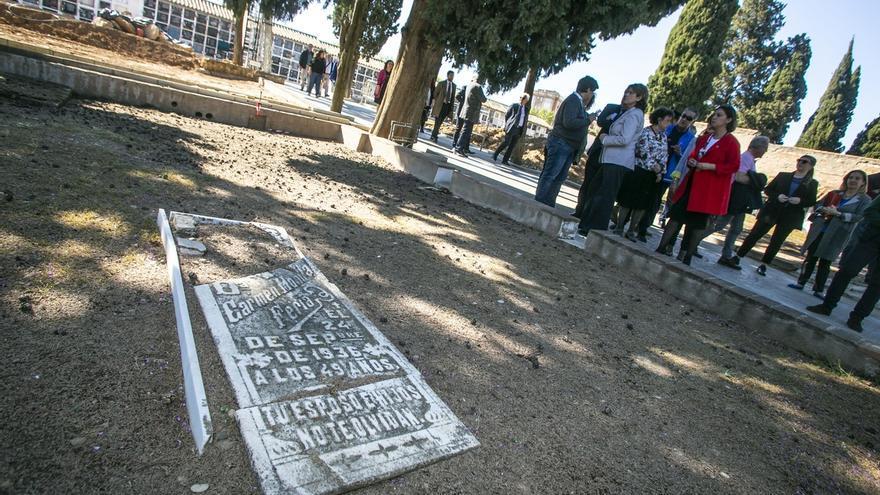 """Delgado confía en la continuidad de exhumaciones, que """"no es buscar"""", sino """"dignificar"""""""