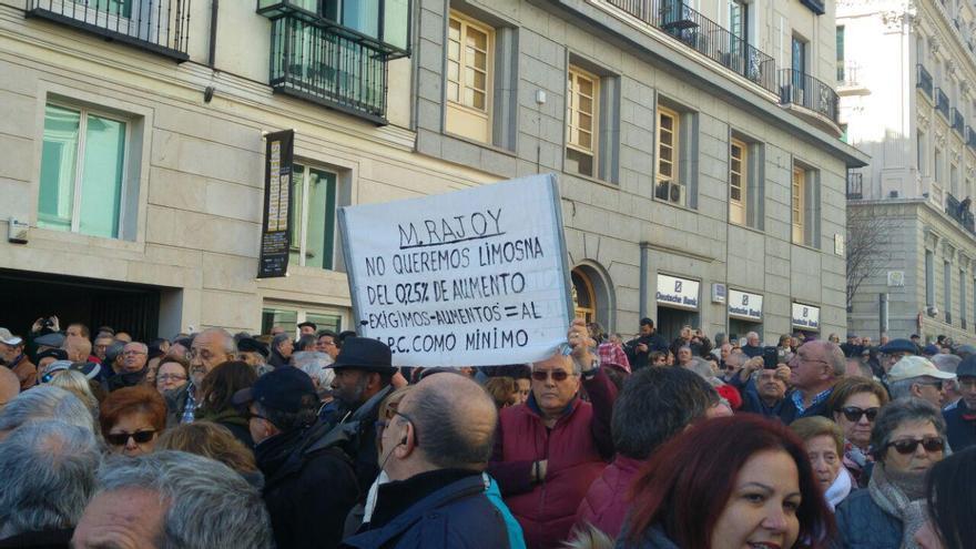 Un cartel contra el presidente del Gobierno y las subidas de las pensiones del 0,25% en la manifestación de pensionistas de este 22 de febrero en madrid.