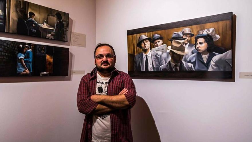 José Ángel Lestón frente a alguna de las obras que componen la exposición. |  Ricardo Lois