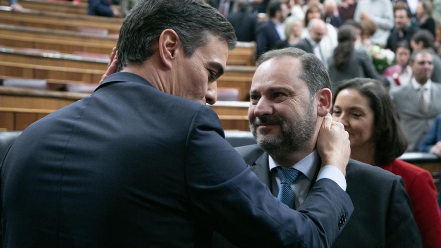 Pedro Sánchez y José Luis Ábalos tras la votación de investidura.