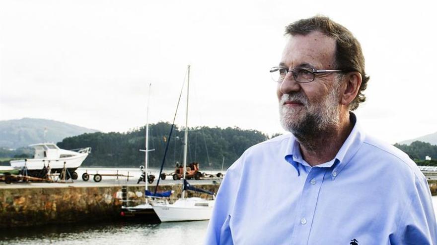 Rajoy sale de un paseo electoral en Foz(Lugo) con una pulsera y un gran pacto