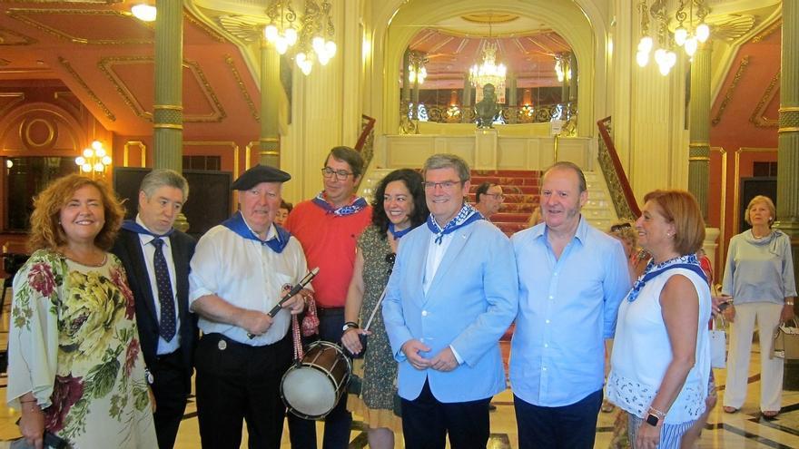 Los actores Gurutze Beitia y Josu Ormaetxe y el txistulari Mikel Bilbao reciben los Acrósticos de Aste Nagusia de Bilbao