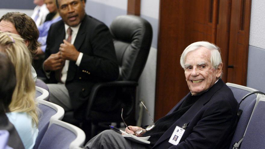 Dominick Dunne  junto a O.J. Simpson en 2008, durante el juicio contra el deportista