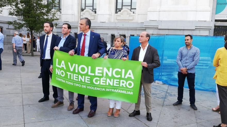 Alcalde Madrid se enfrenta a Vox por llevar al minuto de silencio con una pancarta que niega la violencia machista
