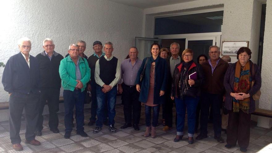 La consejera de Asuntos Sociales del Cabildo, Jovita Monterrey (centro), con representantes de las asociaciones de mayores de la Isla.