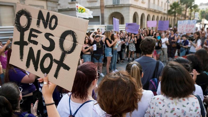 Manifestación en protesta por la puesta en libertad bajo fianza de los cinco miembros de La Manada / Julián Pérez / EFE