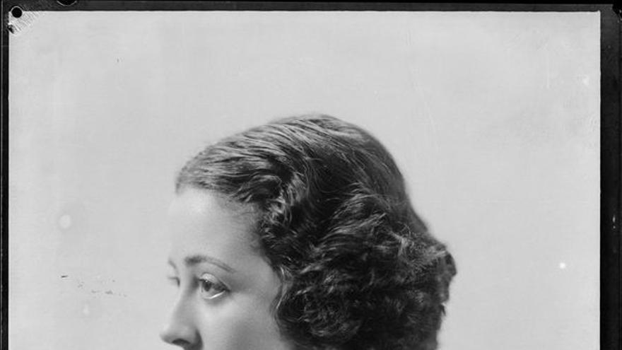 Retrato de mujer con hombro desnudo (1925-1930). Estudio Coyne