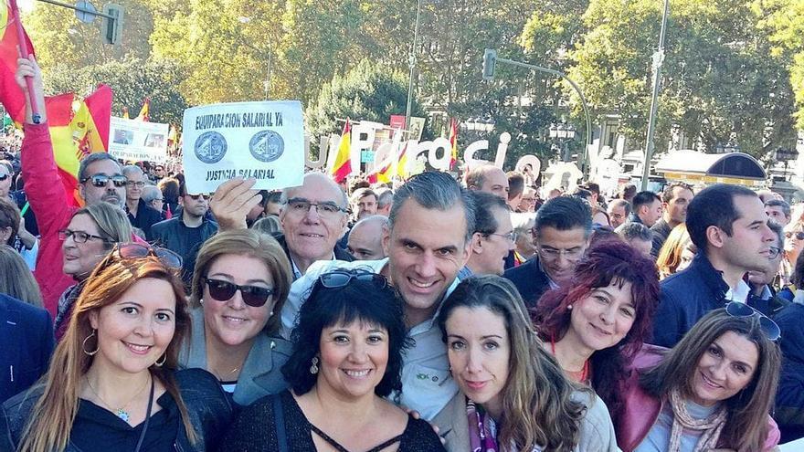 Carmen Gomis, en el centro de la foto delante de Javier Ortega Smith y junto a otras dirigentes de Vox, en una manifestación en Madrid